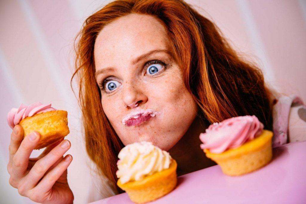Vrouw eet zoete cupcakes