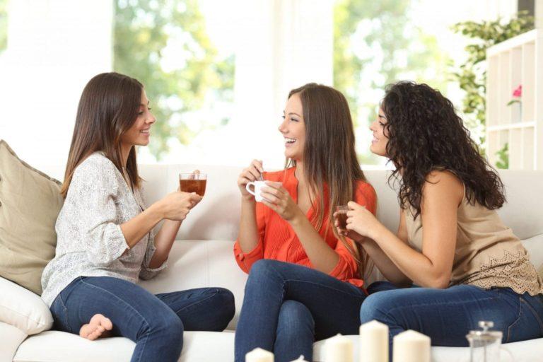 Vriendinnen met thee op de bank