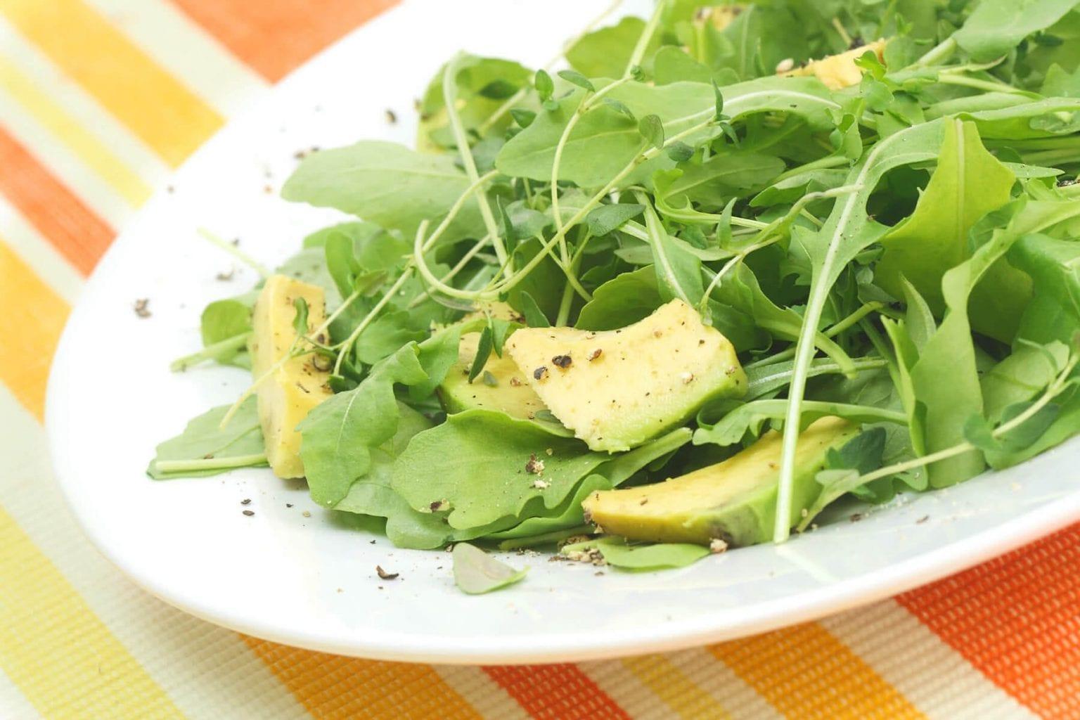 Rucolasalade met spek en avocado