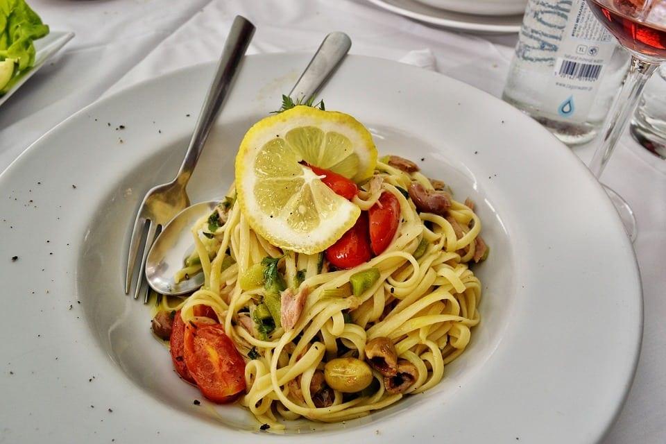 Pasta met tonijn, olijven en citroen