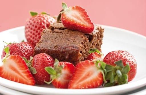 Chocoladecake met verse aardbeien